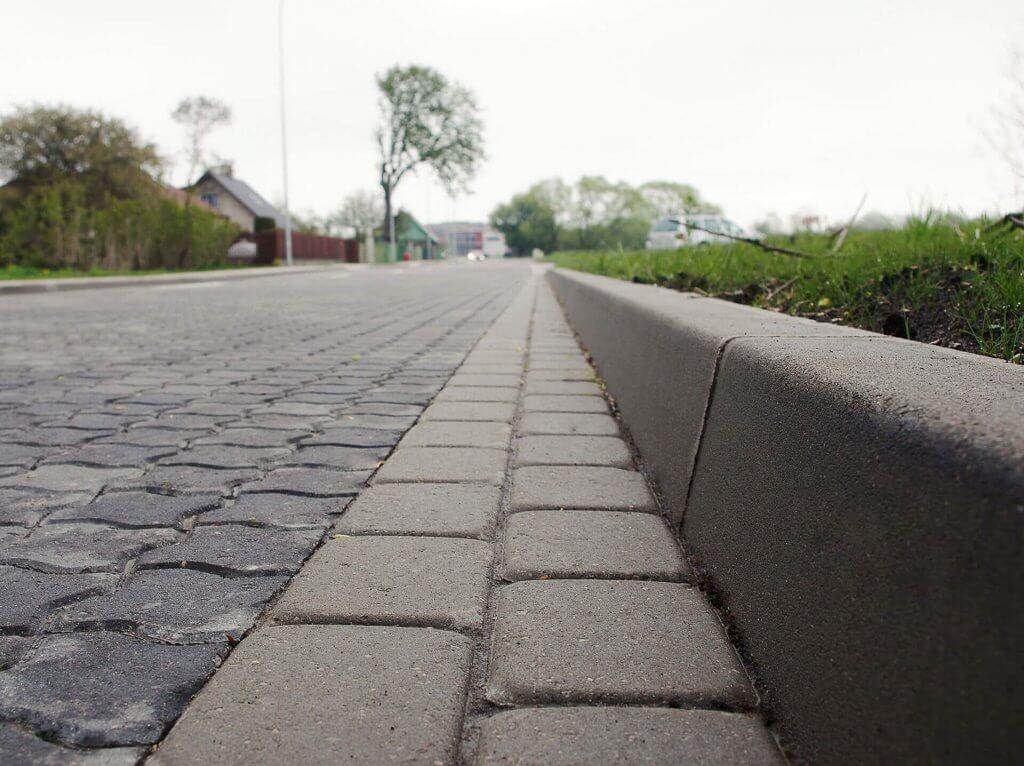 установка дорожных бордюров для тротуарной плитки