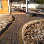 Укладка дорожек из тротуарной плитки возле дома в Синявино (ракурс 1)